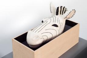 Zebra trophy - Sculpture en terre cuite, fil de coton, bois