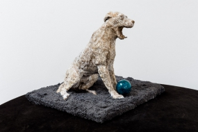 Chien à la balle bleue - Sculpture en terre cuite patinée, billes de minerai - Sculpture Anne Moreau-Vagnon