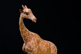 Détail : Couple de girafes, terracotta de synthèse,  fils de coton, métal et bois, sculpture Anne Moreau-Vagnon