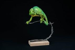 Caméléon, terracotta de synthèse,  fils de coton, métal et bois, sculpture Anne Moreau-Vagnon